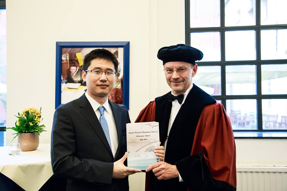 Gerhard hands over the PhD certificate to Siqi